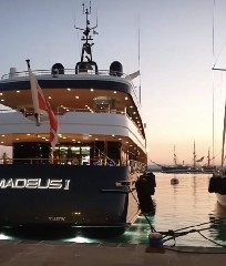 https://www.ragusanews.com//immagini_articoli/09-07-2020/yacht-l-amadeus-i-in-ortigia-a-siracusa-240.jpg
