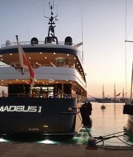 https://www.ragusanews.com//immagini_articoli/09-07-2020/yacht-l-amadeus-i-in-ortigia-a-siracusa-500.jpg