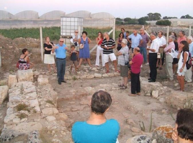 http://www.ragusanews.com//immagini_articoli/09-08-2011/il-bagno-pubblico-di-mezzagnone-500.jpg