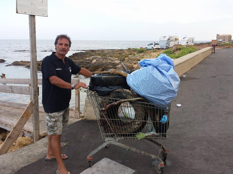 https://www.ragusanews.com//immagini_articoli/09-08-2015/1439140070-1-pesca-miracolosa-nel-mare-di-cava-d-aliga-anche-copertoni.jpg