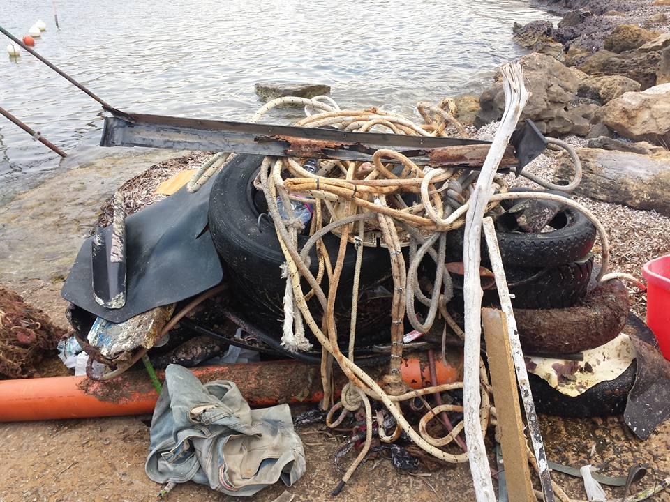 https://www.ragusanews.com//immagini_articoli/09-08-2015/1439140360-1-pesca-miracolosa-nel-mare-di-cava-d-aliga-anche-copertoni.jpg