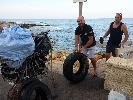 http://www.ragusanews.com//immagini_articoli/09-08-2015/pesca-miracolosa-nel-mare-di-cava-d-aliga-anche-copertoni-100.jpg