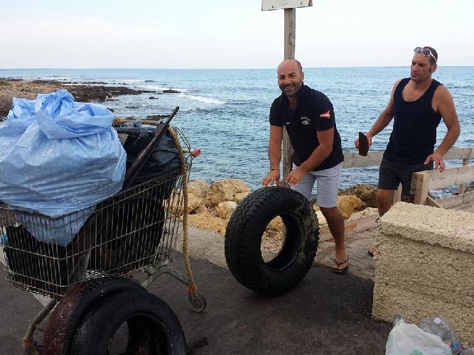 http://www.ragusanews.com//immagini_articoli/09-08-2015/pesca-miracolosa-nel-mare-di-cava-d-aliga-anche-copertoni-500.jpg