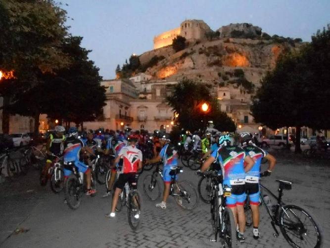 http://www.ragusanews.com//immagini_articoli/09-08-2015/piace-la-pedalata-notturna-in-mountain-bike-500.jpg