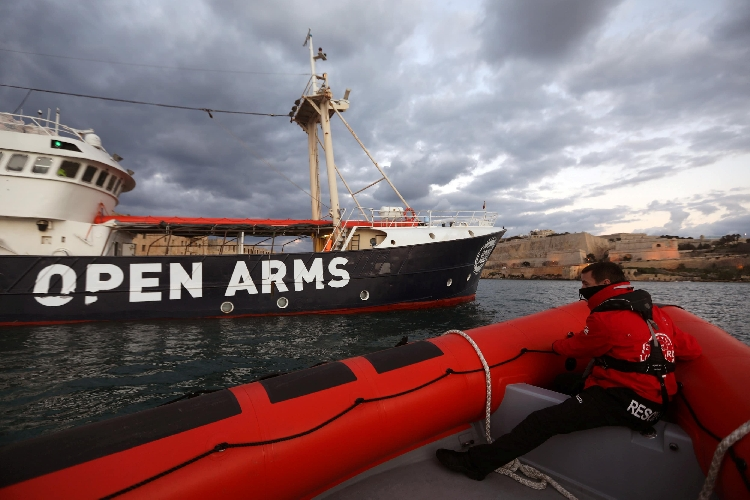 http://www.ragusanews.com//immagini_articoli/09-08-2017/migranti-nave-spagnola-diretta-pozzallo-dopo-spari-libici-500.jpg
