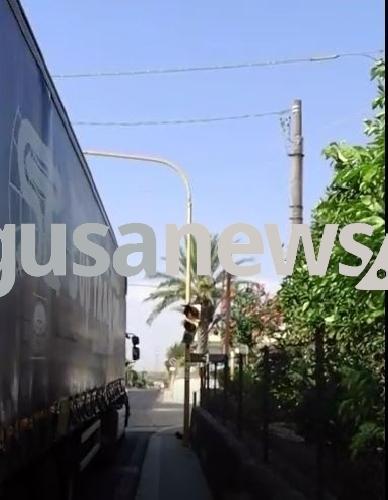 https://www.ragusanews.com//immagini_articoli/09-08-2017/semaforo-sperlinga-funziona-solo-giallo-video-500.jpg
