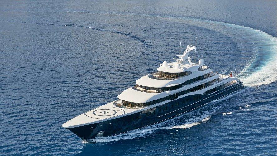 https://www.ragusanews.com//immagini_articoli/09-08-2018/1533799532-siracusa-arriva-symphony-yacht-milioni-dollari-1-500.jpg