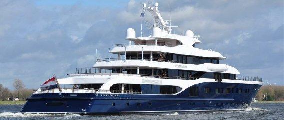 https://www.ragusanews.com//immagini_articoli/09-08-2018/1533799532-siracusa-arriva-symphony-yacht-milioni-dollari-2-240.jpg