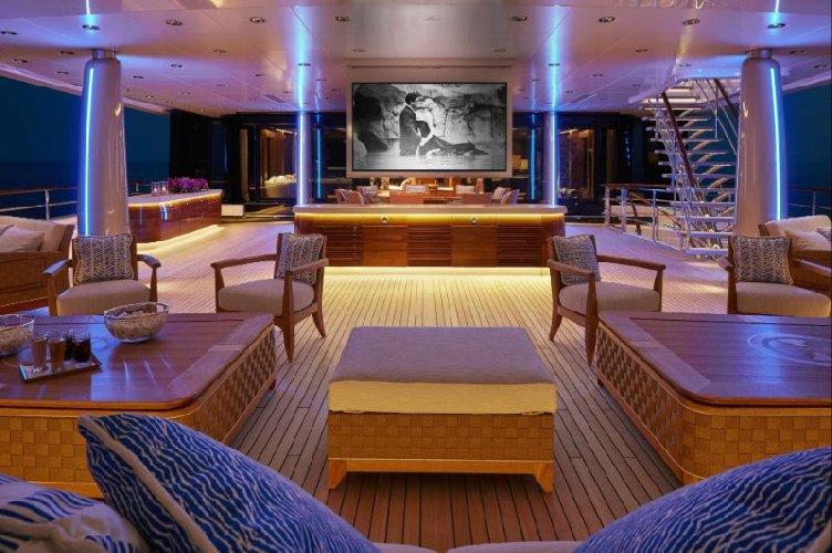 https://www.ragusanews.com//immagini_articoli/09-08-2018/1533799532-siracusa-arriva-symphony-yacht-milioni-dollari-4-500.jpg