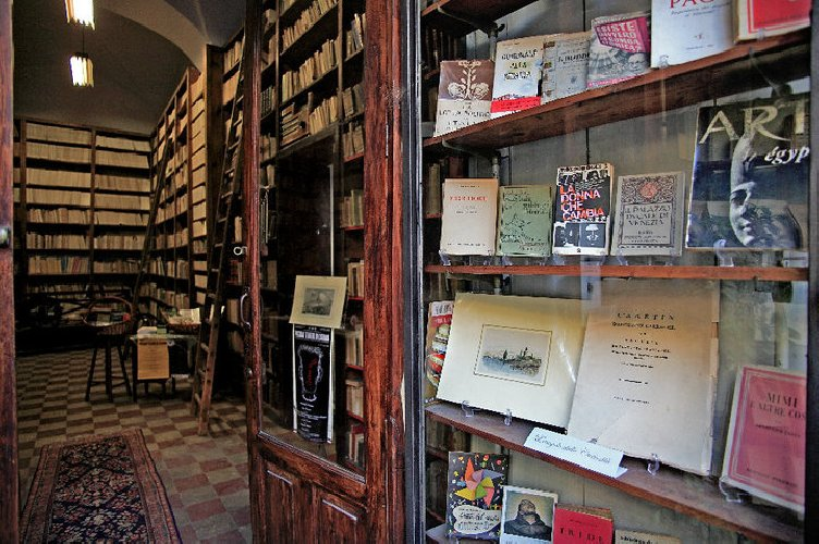 https://www.ragusanews.com//immagini_articoli/09-08-2018/chiude-storica-libreria-prampolini-catania-500.jpg