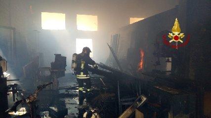 https://www.ragusanews.com//immagini_articoli/09-08-2018/sampieri-incendio-falegnameria-240.jpg