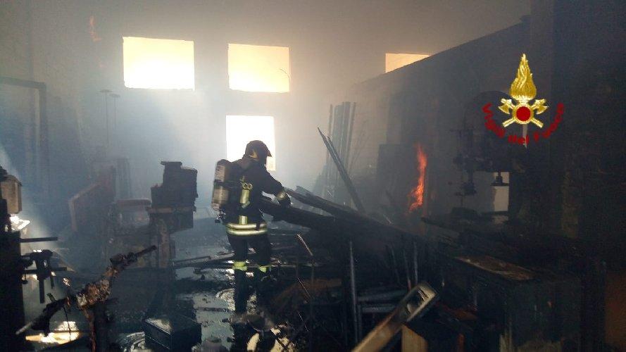 https://www.ragusanews.com//immagini_articoli/09-08-2018/sampieri-incendio-falegnameria-500.jpg