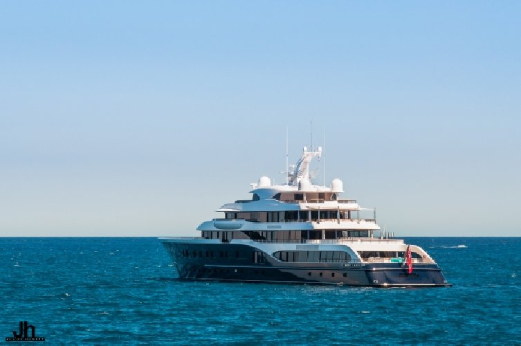 https://www.ragusanews.com//immagini_articoli/09-08-2018/siracusa-arriva-symphony-yacht-milioni-dollari-500.jpg