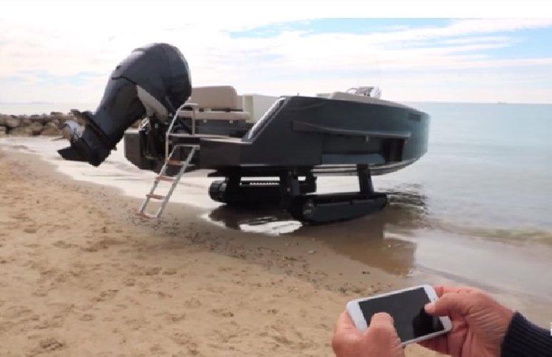 https://www.ragusanews.com//immagini_articoli/09-08-2019/1565338400-si-chiama-iguana-la-barca-anfibia-che-diventa-carro-armato-1-500.jpg