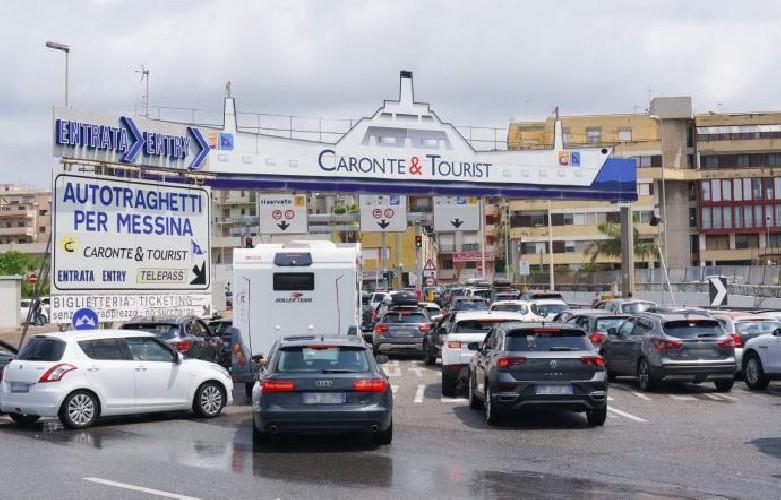 https://www.ragusanews.com//immagini_articoli/09-08-2020/4-ore-di-attesa-ai-traghetti-per-la-sicilia-500.jpg