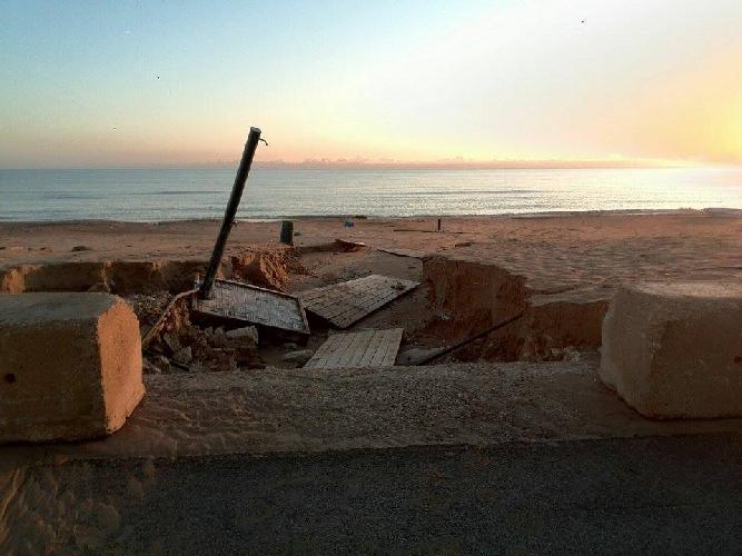 https://www.ragusanews.com//immagini_articoli/09-09-2015/marina-di-acate-con-la-prima-pioggia-autunnale-si-squarcia-la-spiaggia-500.jpg