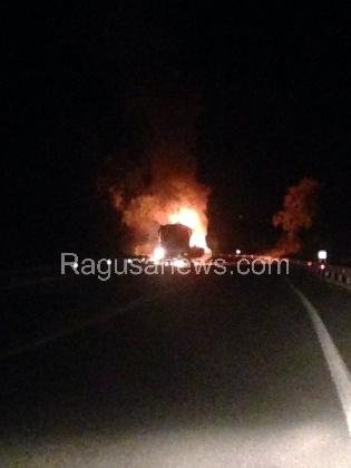http://www.ragusanews.com//immagini_articoli/09-09-2016/panico-sulla-modica-pozzallo-un-bus-a-fuoco-420.jpg
