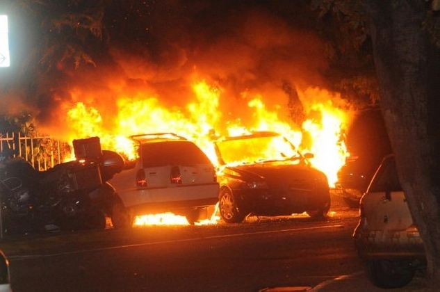 http://www.ragusanews.com//immagini_articoli/09-09-2016/vittoria-incendiate-tre-auto-420.jpg