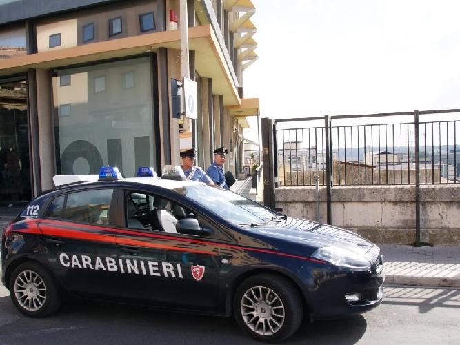 http://www.ragusanews.com//immagini_articoli/09-10-2015/vuole-gettarsi-dal-ponte-nuovo-fermato-dai-carabinieri-500.jpg