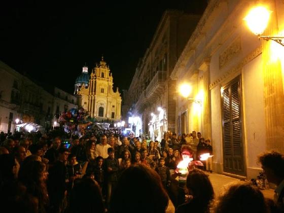 http://www.ragusanews.com//immagini_articoli/09-10-2016/boom-di-presenze-nelle-vie-del-festival-ibla-buskers-420.jpg
