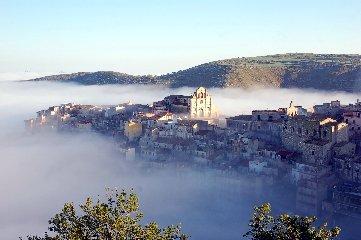 https://www.ragusanews.com//immagini_articoli/09-10-2018/festa-dautunno-monti-ibleiil-novembre-monterosso-almo-240.jpg
