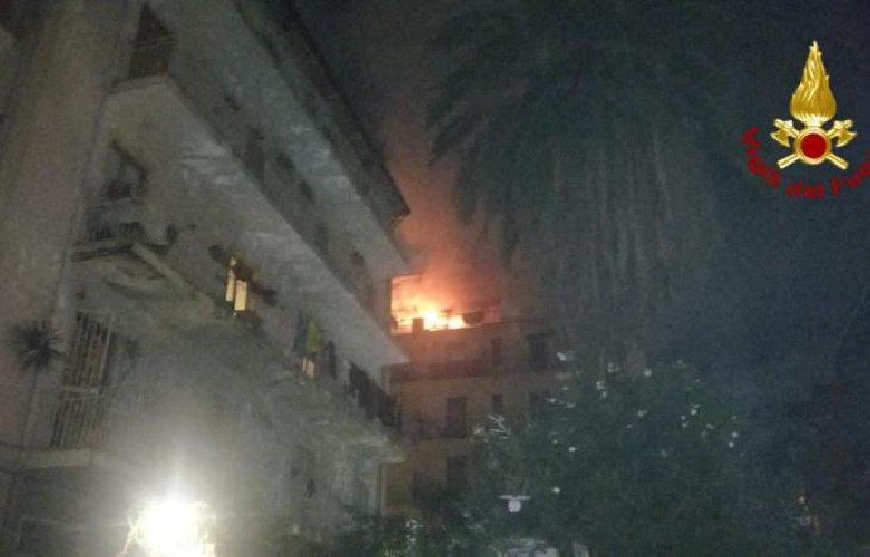 https://www.ragusanews.com//immagini_articoli/09-10-2018/incendio-appartamento-catania-evacuato-intero-condominio-500.jpg