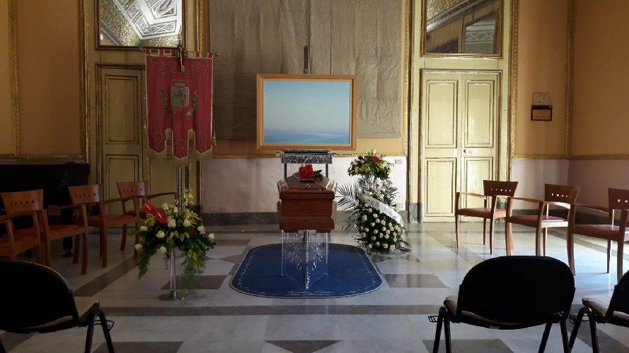 https://www.ragusanews.com//immagini_articoli/09-10-2018/niente-applausi-funerali-piero-guccione-500.jpg