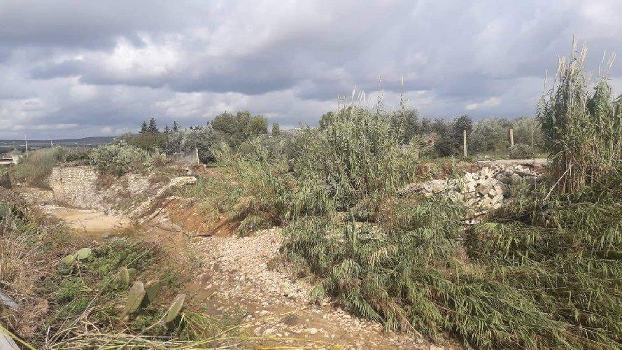 https://www.ragusanews.com//immagini_articoli/09-11-2019/a-ispica-l-autostrada-in-costruzione-fa-danni-500.jpg