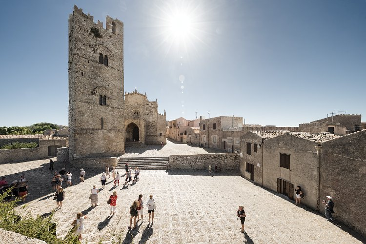 https://www.ragusanews.com//immagini_articoli/09-12-2017/ragusa-presenta-sicilia-piazza-armando-rotoletti-500.jpg