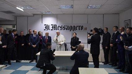 https://www.ragusanews.com//immagini_articoli/09-12-2018/papa-francesco-visita-quotidiano-messaggero-accoglie-azzurra-240.jpg