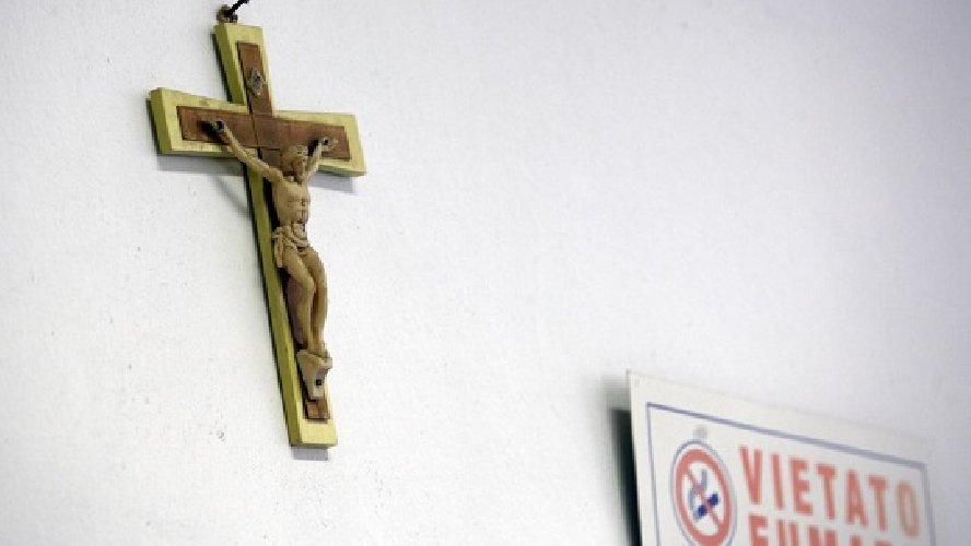 https://www.ragusanews.com//immagini_articoli/09-12-2018/ragusa-crocifissi-ospedale-intitolato-giovanni-paolo-500.jpg