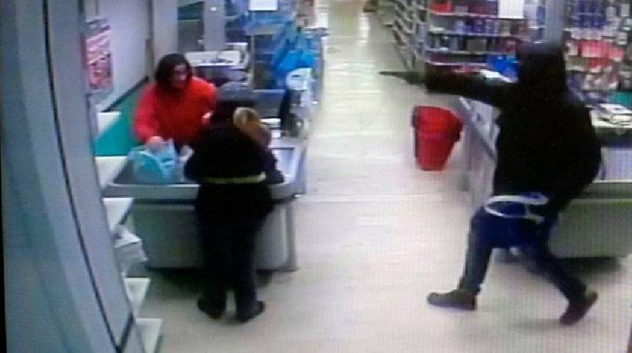 https://www.ragusanews.com//immagini_articoli/09-12-2019/rapina-in-un-supermercato-a-vittoria-il-bottino-e-di-500-euro-500.jpg
