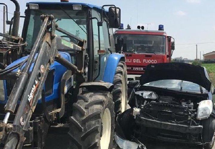https://www.ragusanews.com//immagini_articoli/10-01-2020/auto-trattore-un-ferito-500.jpg