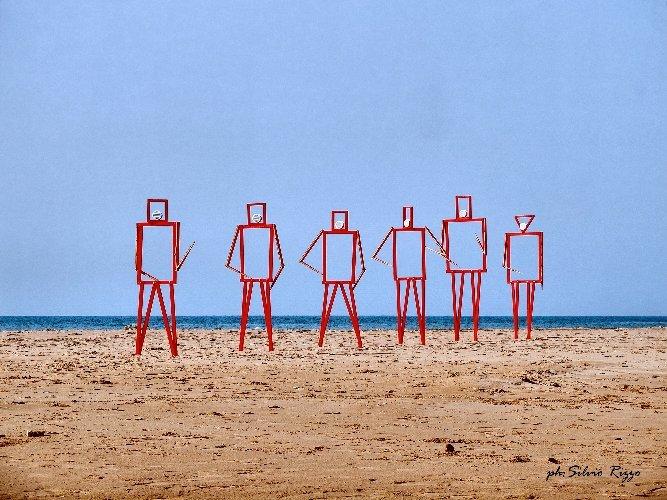 https://www.ragusanews.com//immagini_articoli/10-01-2021/sbarco-di-alieni-sulla-spiaggia-siciliana-ecco-il-video-500.jpg