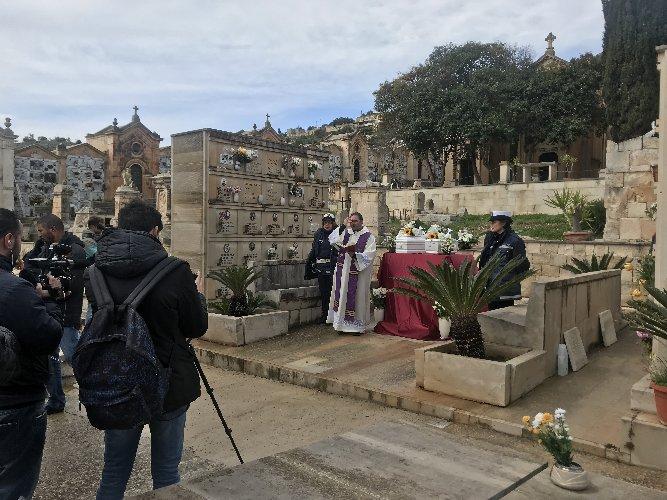 https://www.ragusanews.com//immagini_articoli/10-02-2018/celebrati-funerali-neonati-migranti-cimitero-scicli-500.jpg