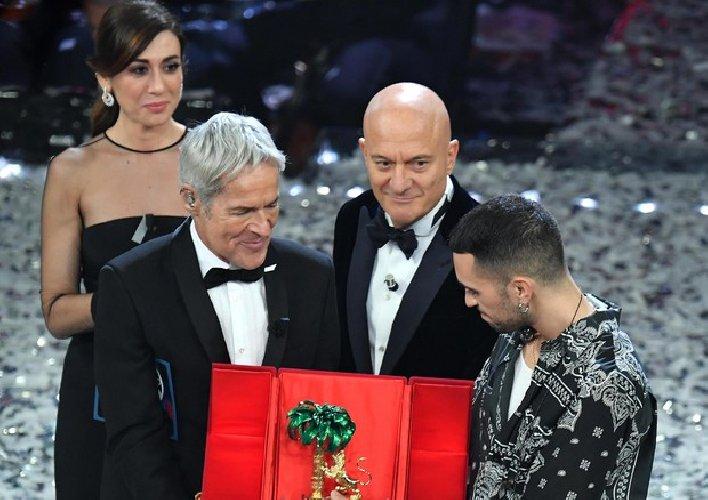 https://www.ragusanews.com//immagini_articoli/10-02-2019/mahmood-benservito-claudio-baglioni-matteo-salvini-500.jpg