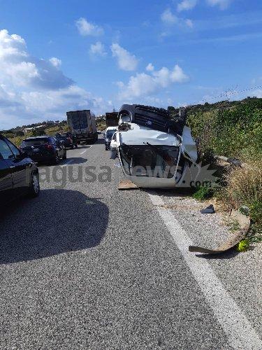 https://www.ragusanews.com//immagini_articoli/10-02-2020/scontro-fra-mezzi-autocarro-si-ribalta-500.jpg