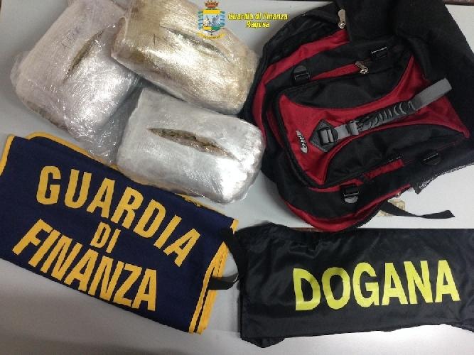 http://www.ragusanews.com//immagini_articoli/10-03-2014/sbarca-da-malta-preso-a-pozzallo-con-tre-chili-di-droga-500.jpg