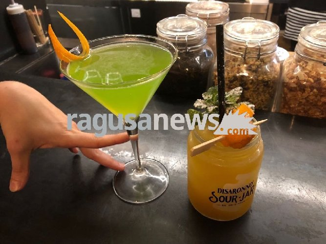 https://www.ragusanews.com//immagini_articoli/10-03-2018/midori-sour-baricentro-modica-quando-cocktail-diventano-arte-500.jpg