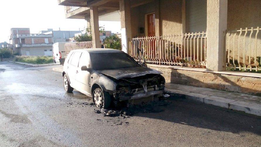 https://www.ragusanews.com//immagini_articoli/10-03-2018/rosolini-incendiata-auto-vice-comandante-polizia-municipale-500.jpg