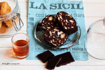 https://www.ragusanews.com//immagini_articoli/10-03-2019/1552218525-salame-cioccolato-versione-siciliana-1-240.jpg