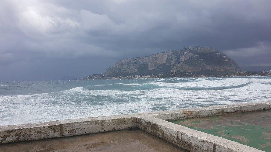 https://www.ragusanews.com//immagini_articoli/10-03-2019/sicilia-arriva-maltempo-temperature-picchiata-500.jpg