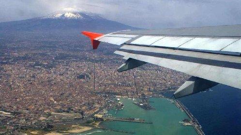 https://www.ragusanews.com//immagini_articoli/10-03-2021/zona-bianca-gli-aerei-ci-credono-aumentano-i-voli-per-l-estate-siciliana-280.jpg