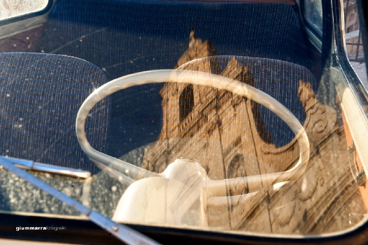 http://www.ragusanews.com//immagini_articoli/10-04-2015/la-chiesa-madre-sul-parabrezza-della-500-500.jpg