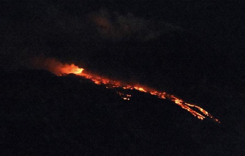 http://www.ragusanews.com//immagini_articoli/10-04-2017/etna-eruzione-voli-regolari-catania-500.jpg