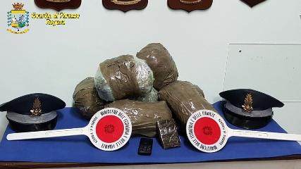 http://www.ragusanews.com//immagini_articoli/10-04-2017/pozzallo-fermati-droga-240.jpg