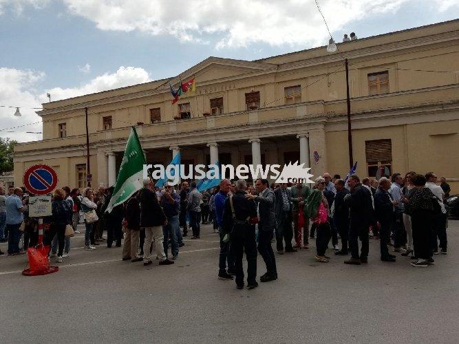 https://www.ragusanews.com//immagini_articoli/10-05-2018/ragusa-protesta-manager-lucio-ficarra-piazza-igea-500.jpg