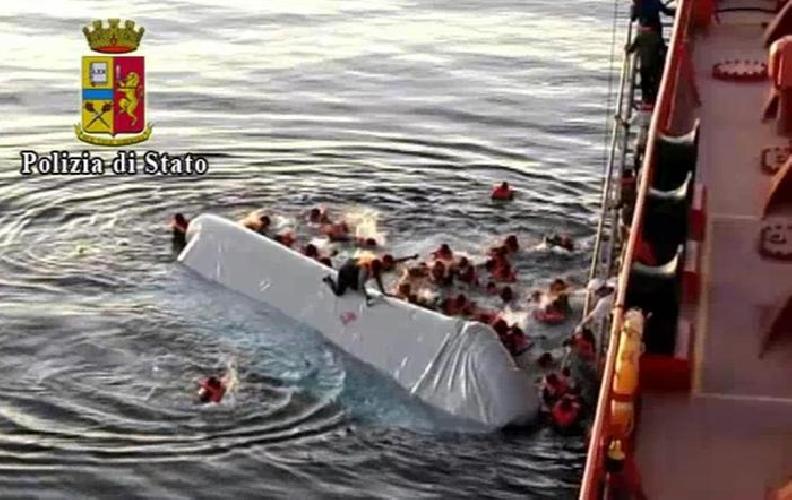 http://www.ragusanews.com//immagini_articoli/10-06-2014/tre-morti-e-sei-dispersi-fermati-due-scafisti-500.jpg
