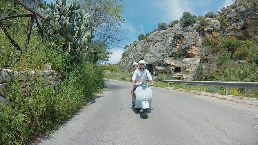 https://www.ragusanews.com//immagini_articoli/10-06-2015/il-racconto-della-sicilia-in-vespa-500.jpg