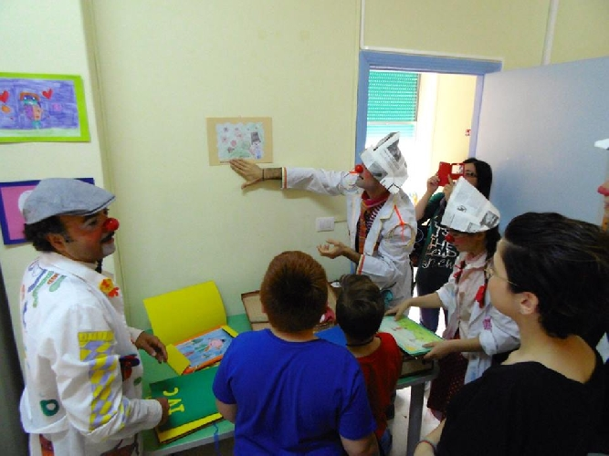 http://www.ragusanews.com//immagini_articoli/10-06-2016/i-clown-dottori-arredano-la-pediatria-del-paterno-arezzo-500.jpg